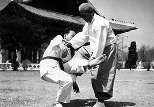 2009-03-26_(A)x_masTaekwondo_Historia_TKD_1964_Song_Duk_Ki_500