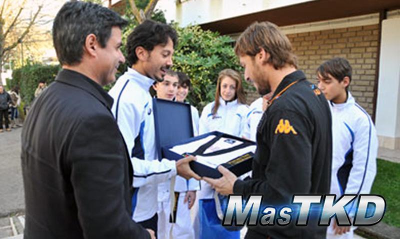 Francesco Totti recibió la graduación de 1er Dan de Taekwondo