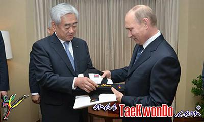 El Presidente de la Federación Mundial de Taekwondo, Dr. Chungwon Choue otorgó al presidente ruso Vladimir Putin el cinturon negro 9º Dan y un Dobok en reconocimiento al trabajo que éste mandatario ha realizado en pro del desarrollo de Taekwondo en Rusia.