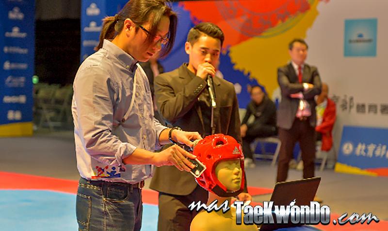 La firma coreana en alianza con Adidas, lanzó su casco electrónico durante el Campeonato Mundial Juvenil que se realizó en la ciudad de Taipéi, Taiwán, llevándose a cabo una presentación para el público y una para masTaekwondo.com en exclusiva.