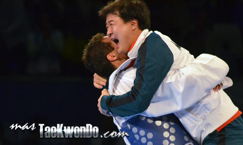 """Durante los Juegos Olímpicos de Río 2016, el entrenador de origen coreano Young In Bang, cumplirá 20 años en México. Ahora es el entrenador en jefe del equipo nacional, y aunque pocas veces lo vemos en las pasarelas mediáticas, su filosofía la sustenta en el trabajo del """"equipo armónico"""" para lograr los resultados esperados."""