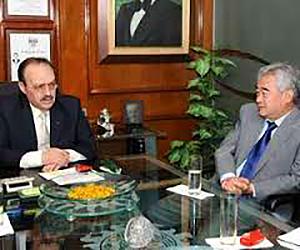 Mario Vázquez Raña junto al Dr. Chungwon Choue.