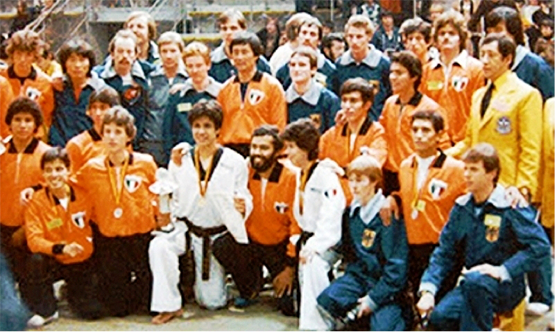"""Selección de Alemania y México posando juntos en el Campeonato Mundial de Taekwondo """"Stuttgart 1979""""."""