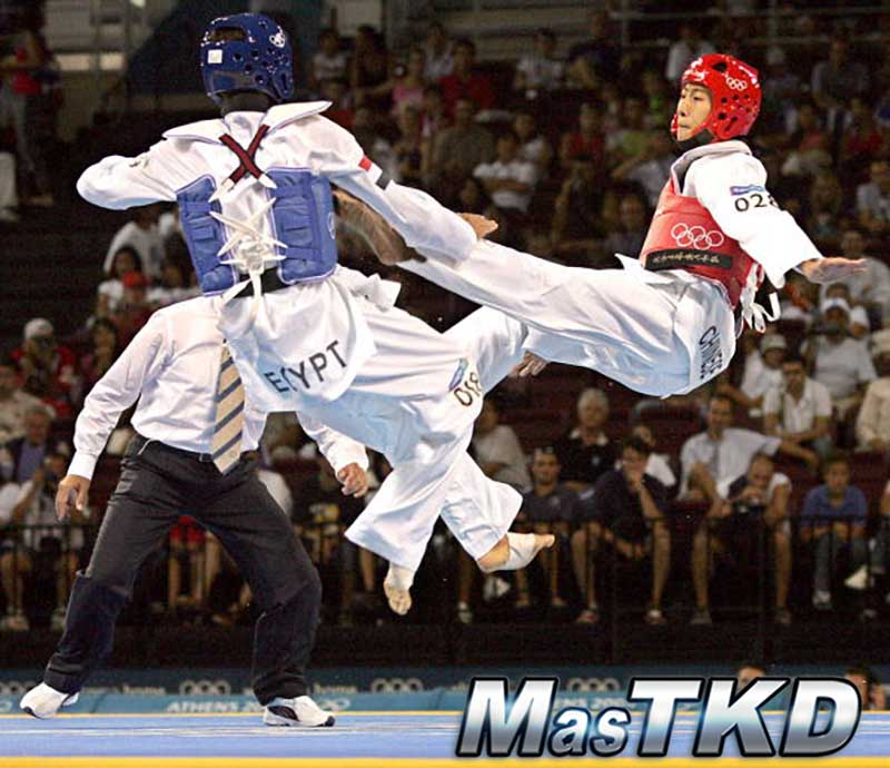 Athens, GREECE:  Tamer Bayoumi of Egypt (L) clashes with Chu Mu Yen of Taiwan during their men's under 58kg semifinal taekwondo match at the Olympic Games in Athens, 26 August 2004.     AFP PHOTO/ Marco LONGARI  (Photo credit should read MARCO LONGARI/AFP/Getty Images)