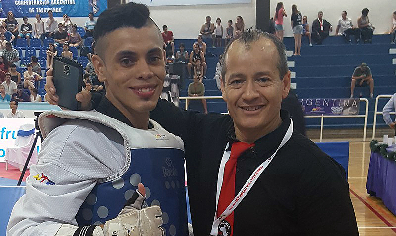 Junto a su alumno Lucho Beltrán, a quien considera el mejor atleta del Taekwondo argentino.