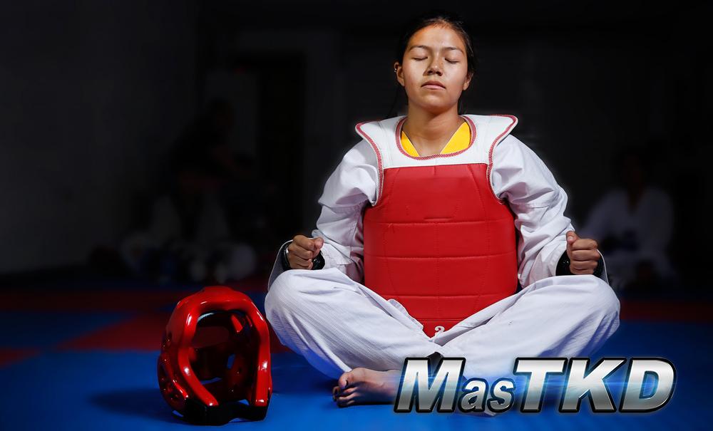 Alumno-Solo-En-Un-Club-Vacio-Meditando