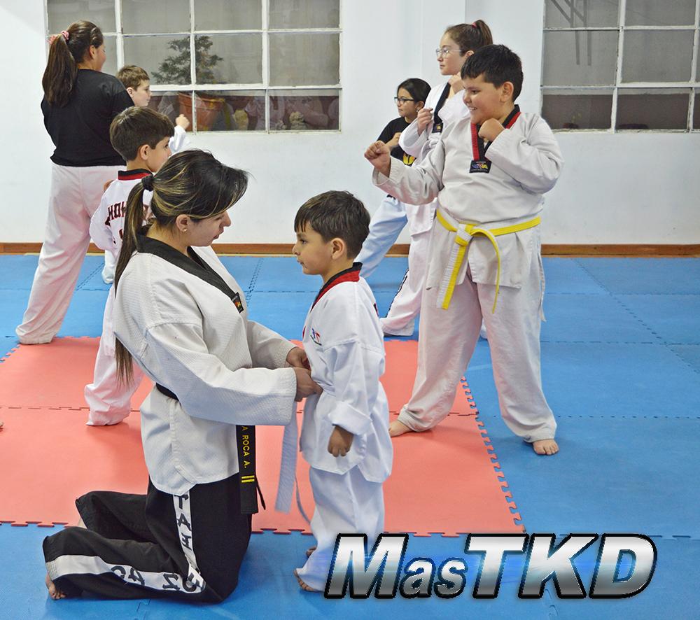 04_Clase-Taekwondo-Amarrando-el-cinturon_Tus-alumnos-son-la-semilla