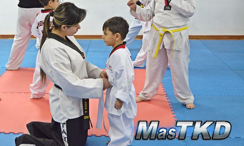 home_Clase-Taekwondo-Amarrando-el-cinturon