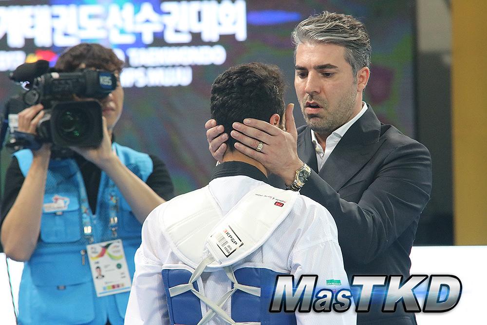 Coach-de-taekwondo-dando-ultimas-instrucciones