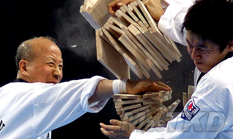 Kyu_Hyung_Lee_breaking_Taekwondo-Rompimiento