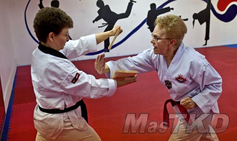taekwondo_DOS-SENORAS-ROMPIENDO-MADERA