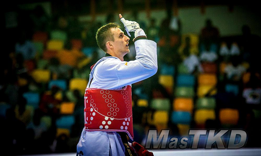 Taekwondo_competidor-senalando-hacia-arriba