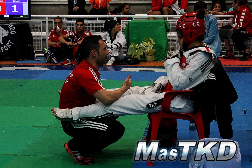 José María Martín acompaña en la silla a la dos veces medallista del mundo, Marta Calvo, en un torneo de España. Foto: Archivo/MasTKD.com
