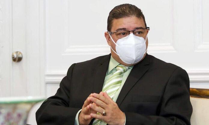 Francisco Camacho advierte que es COVID-19 positivo
