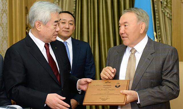 Fue un día de especial para el presidente kazajo, que recibió el noveno Dan Cinturón Negro Honorífico por parte del presidente la WTF Dr. Chungwon Choue , por su contribución al desarrollo del deporte en Kazajistán.