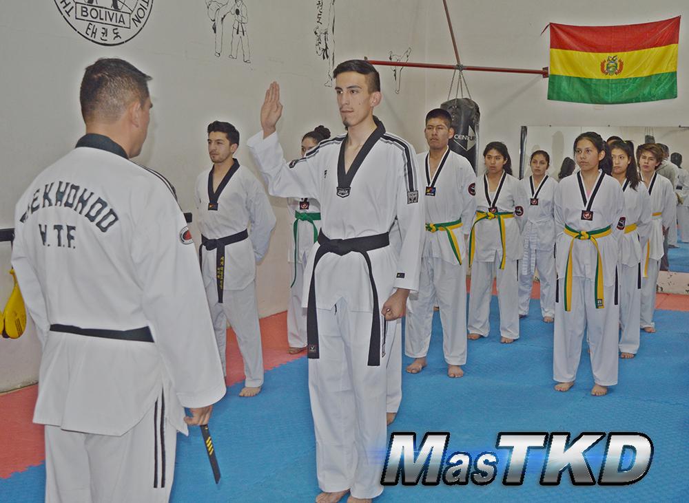 Maestro-Taekwondo-entregando-Cinta-Negra