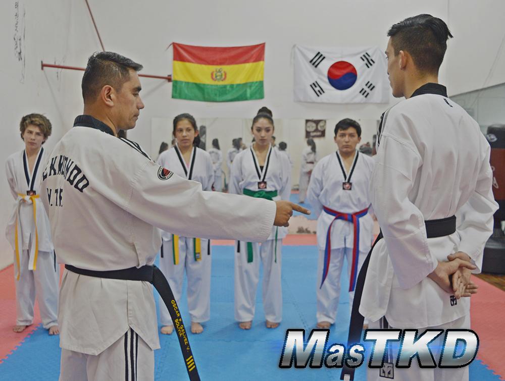 Maestro-Taekwondo-hablando-con-Cintas-de-color